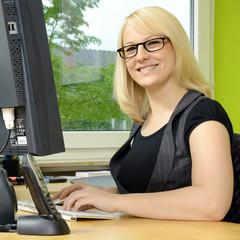 Frau arbeitet in Büro