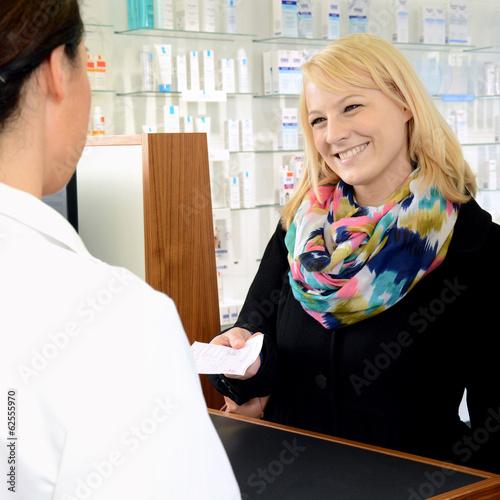 Frau in Apothke übergibt Rezept