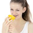 Teenager beisst in saure Zitrone