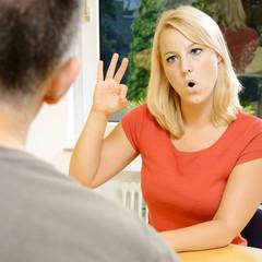 Gehörlose Frau bei Gebärdensprache