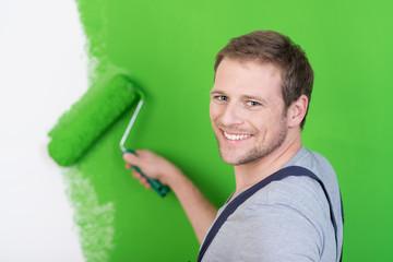 handwerker streicht die wohnung grün
