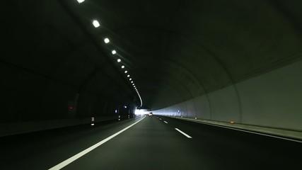 トンネル内から出るシーン