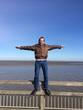 Mann steht auf Geländer