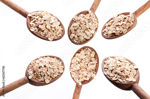 Spoons with rolled oats in the form of flower.