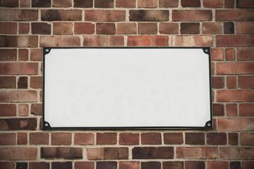 Muro di mattoni con insegna