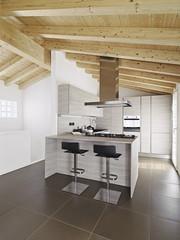 cucina ad isola moderna con soffitto di legno