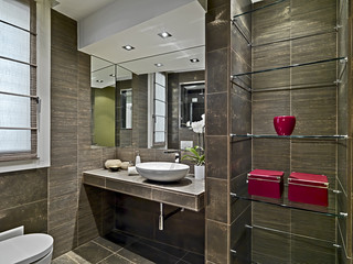 bagno moderno con oggetti rossi sulle mensole