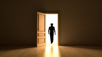 Mann verlässt Raum ins Licht