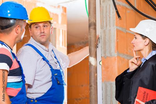 Anwältin kontrolliert Baustelle auf Mängel