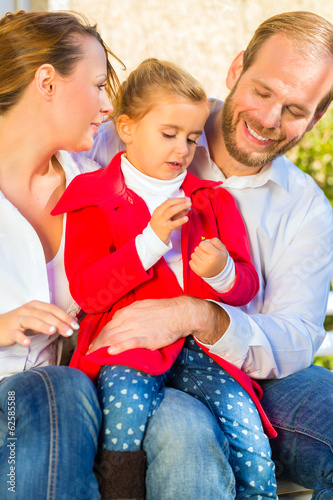 Familie auf Garten Bank