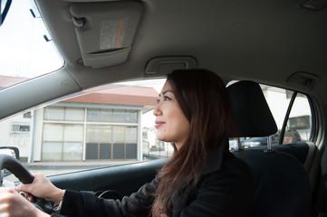 運転する女性の横顔