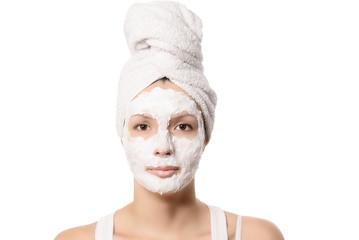 Ernste Frau mit einer Reinigungsmaske