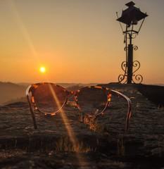 occhiali al tramonto e lampionr