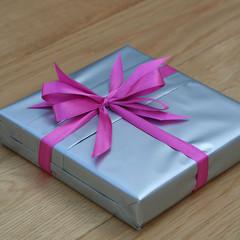 pacco regalo con nastro rosa
