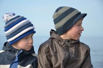 Kinder beobachten interessiert