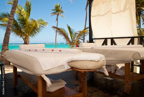 Papiers peints Detente Massage tables in tropical beach