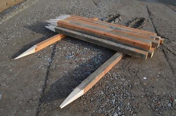 Holzpfosten auf Baustelle