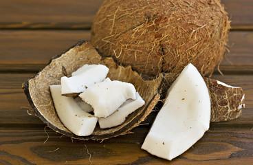 Coco y trozos de coco en la cascara
