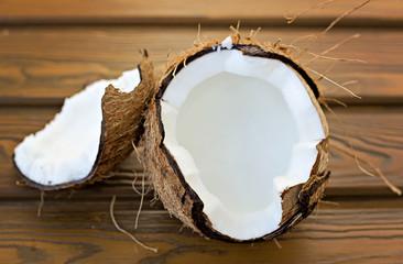 Coco abierto encima de una tabla de madera