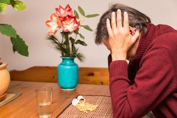 Rentner mit vielen Medikamenten macht sich Sorgen