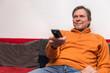 Senior im Wohnzimmer schaut Fernsehen