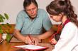 Senior unterschreibt Dokumentation von Altenpflegerin