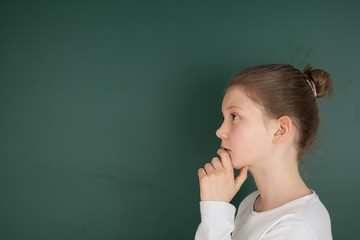 Eine Schülerin steht vor einer Tafel