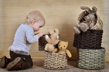 Kleinkind im Kinderzimmer