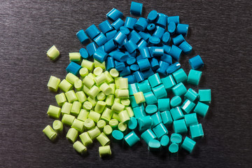 grünes Kunststoffgranulat auf Stahlplatte