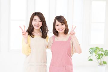 料理をする二人の女性