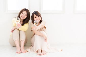 ワインを飲む二人の女性