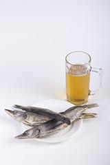 Пиво и рыба на блюдце
