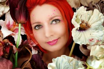 Portrait einer schönen Frau zwischen Blumen