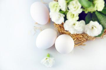 Eier mit Primeltopf