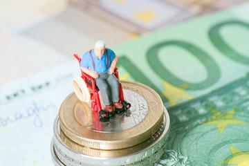 Alter Mann im Rollstuhl mit Geld