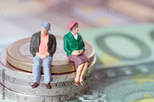 Oma und Opa auf einem Geldstapel - 62638514