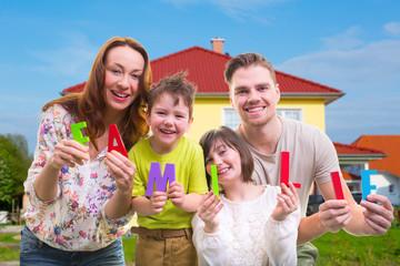 Familie vorm eigenheim