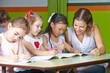 Kinder malen im Kindergarten mit Erzieher