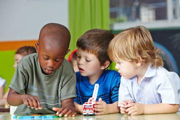 Kinder spielen im Kindergarten mit Bausteinen