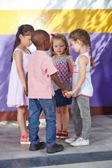 Kinder tanzen im Kreis im Tanzkurs