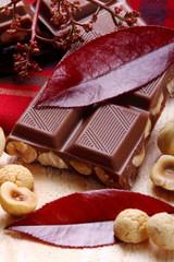 Cioccolato al latte con amaretti e nocciole