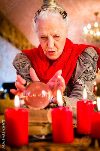 Hellseherin während Seance mit Glaskugel