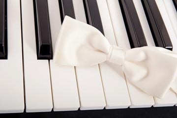 Klaviertasten mit Fliege
