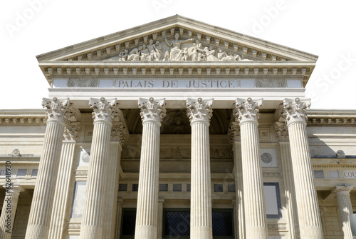 palais de justice isolé sur fond blanc - 62648930