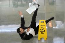 Biznesmen Falling na mokrej podłodze