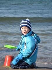Witterungsgerechte Kleidung - Kind am Strand