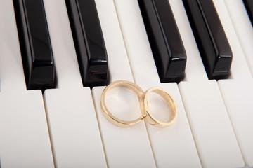 Eheringe auf Klaviertasten