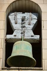 Campana en una vieja torre