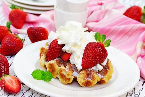 Waffel mit Sahne und Erdbeeren