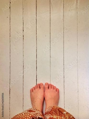Босые ноги на белом полу